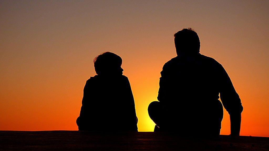 silueta de dos personas hablando