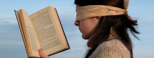 persona con los ojos vendados leyendo