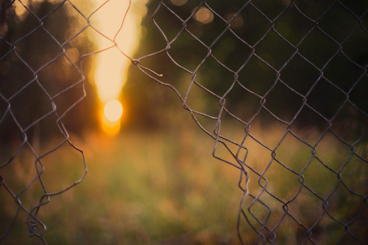 valla de alambre rota