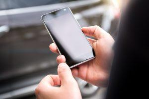 manos sujetando un móvil