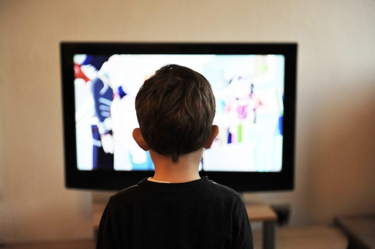 niño mirando pantalla tv